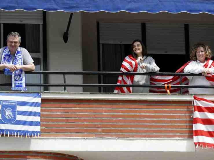 Copa del Rey, i tifosi agghindano il balcone con i colori della propria squadra (foto di RTVE).