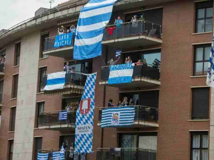Finale della Copa del Rey: i tifosi agghindano balconi, negozi e strade con i colori della loro squadra (foto di Iker Azurmendi per Noticias de Gipuzkoa).