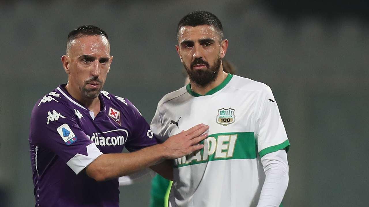 Da sinistra: Franck Ribery della Fiorentina e Francesco Magnanelli del Sassuolo in campo nello Stadio Artemio Franchi di Firenze. Serie A, 16 dicembre 2020 (foto di Gabriele Maltinti/Getty Images).