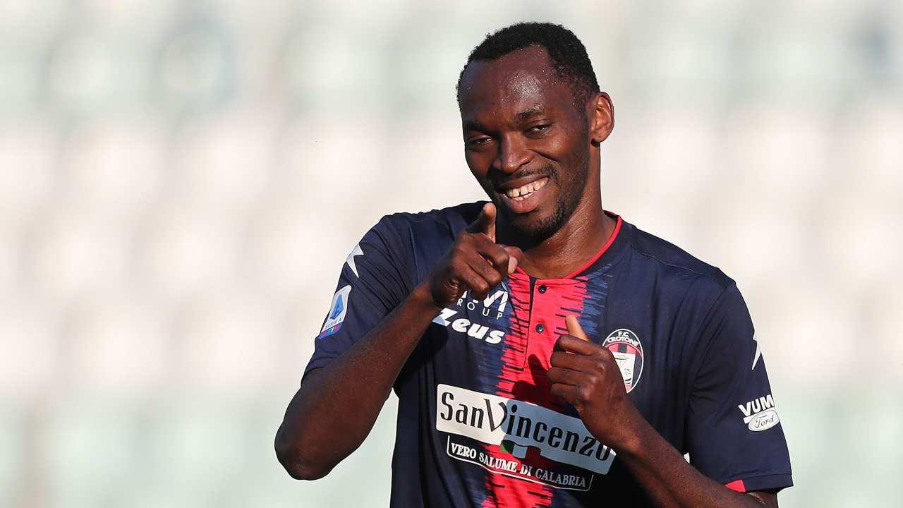 Crotone, l'attaccante Simeon Tochukwu Nwankwo, alias Simy, festeggia il suo gol al Parma. Serie A, Stadio Ennio Tardini, 24 aprile 2021 (foto di Gabriele Maltinti/Getty Images).