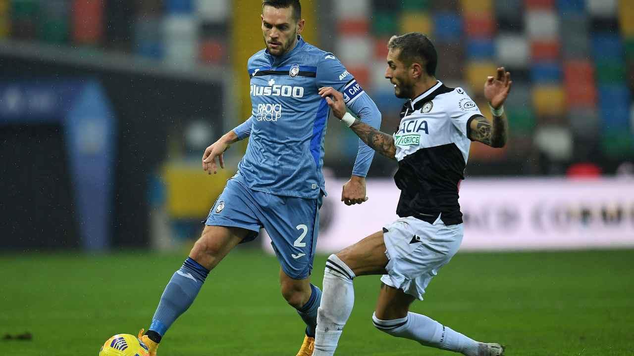Da sinistra: il capitano dell'Atalanta Rafael Toloi protegge il pallone dall'attaccante dell'Udinese Roberto Pereyra. Serie A, 20 gennaio 2021 (foto di Alessandro Sabattini/Getty Images).