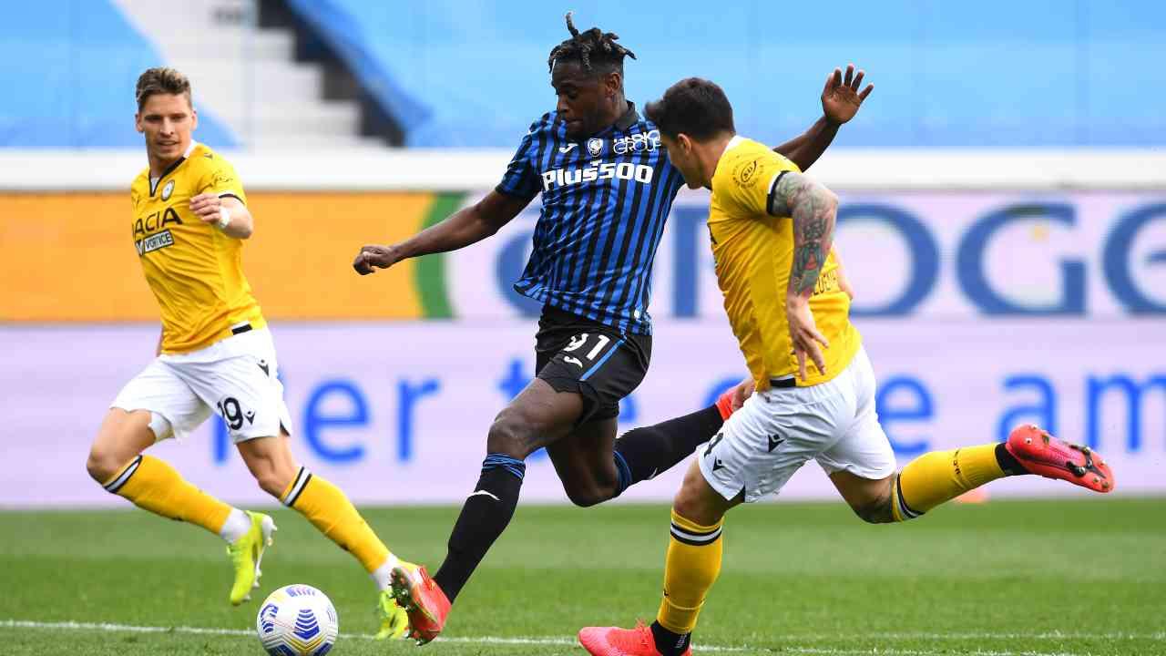 Da sinistra: Stryger Larsen dell'Udinese in marcatura su Duvan Zapata dell'Atalanta insieme al collega Kevin Bonifazi. Da questa azione nascerà la rete del parziale 3-1 della gara. Serie A, 3 aprile 2021 (foto di Claudio Villa/Getty Images).