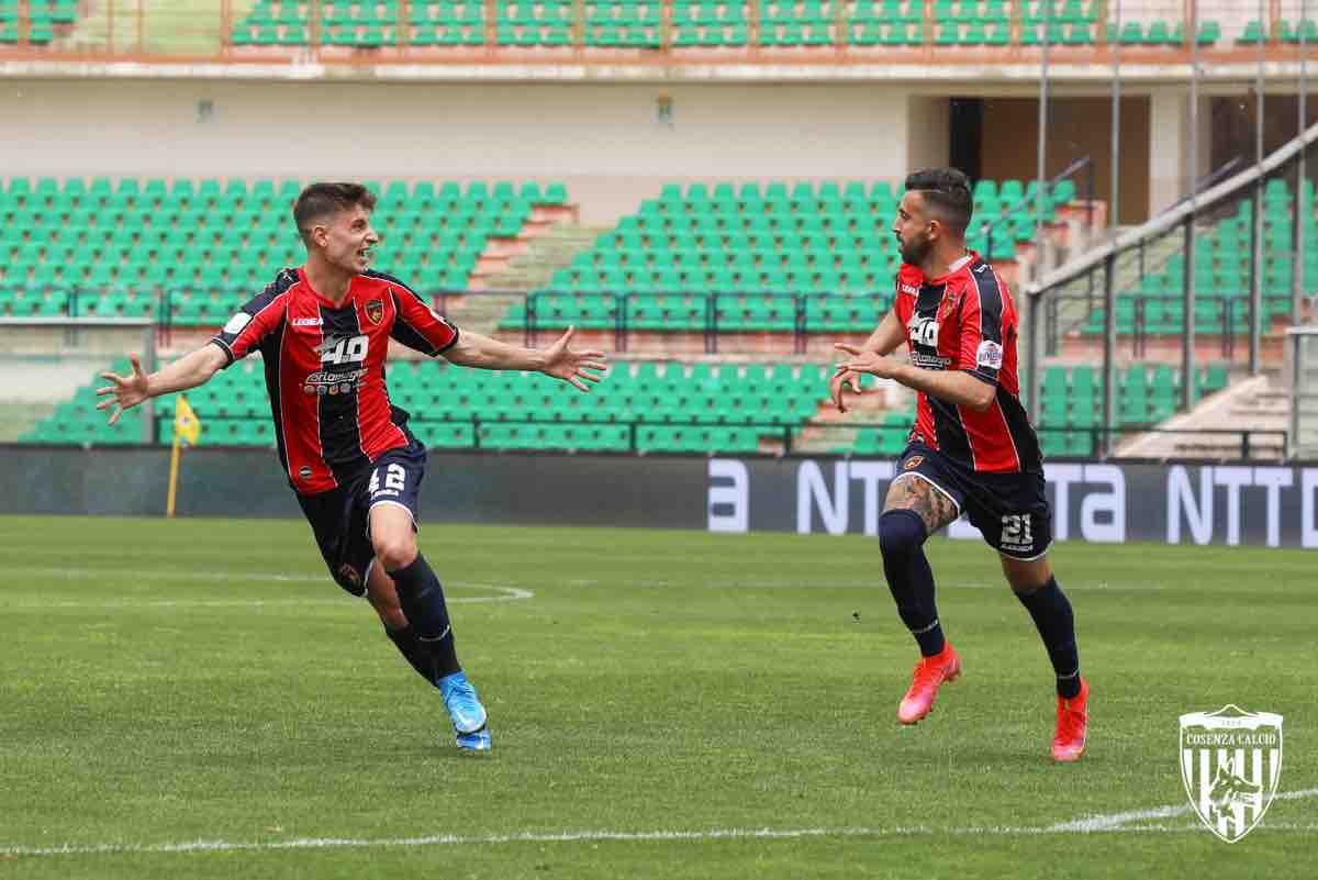 Georgios Antzoulas e Luca Tremolada durante la gara Cosenza-Pescara