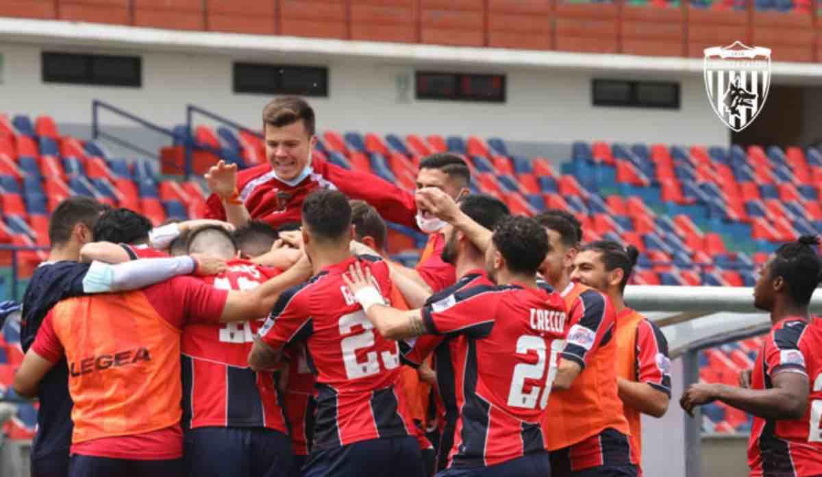 I calciatori del Cosenza esultano durante la gara contro il Pescara