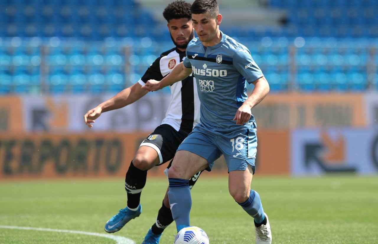 Da sinistra: Bruno Alves del Parma in marcatura su Ruslan Malinovskyi dell'Atalanta nel Mapei Stadium. Serie A, 9 maggio 2021 (foto di Emilio Andreoli/Getty Images).