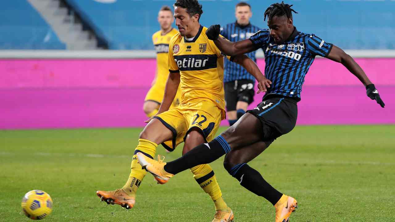 Da sinistra: il capitano e difensore centrale del Parma Bruno Alves a duello con l'attaccante dell'Atalanta Duvan Zapata nel Gewiss Stadium di Bergamo. Serie A, 6 gennaio 2021 (foto diEmilio Andreoli/Getty Images).