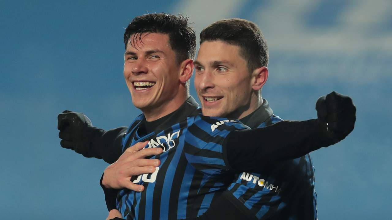 Atalanta, da sinistra: Matteo Pessina e Mattia Caldara festeggiano il gol segnato al Napoli nel Gewiss Stadium. Coppa Italia, 10 febbraio 2021 (foto di Emilio Andreoli/Getty Images).
