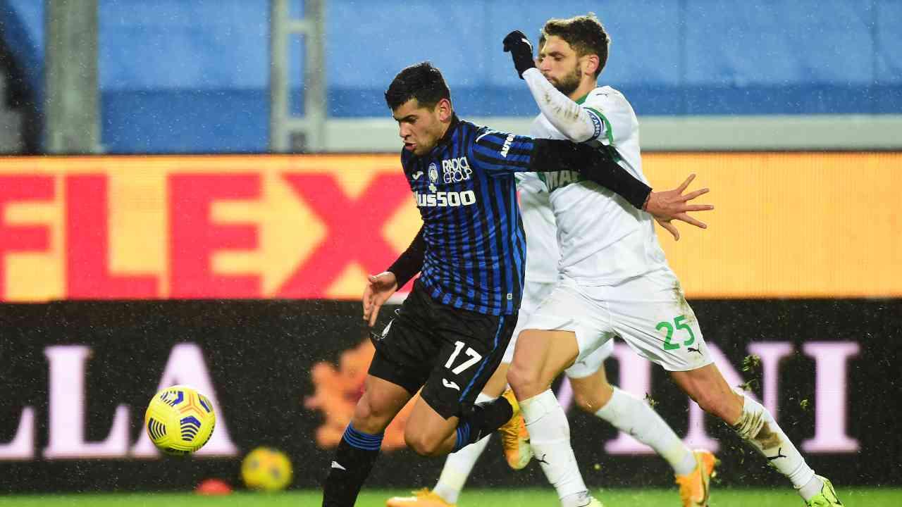 Da sinistra: il difensore centrale Cristian Romero protegge il pallone dall'attaccante Domenico Berardi nel Gewiss Stadium. Serie A, 3 gennaio 2021 (foto di Pier Marco Tacca/Getty Images).