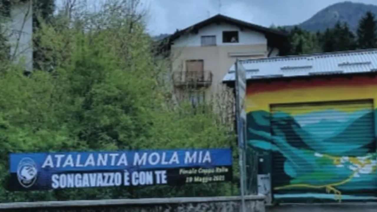 Lo striscione esposto dal comune di Songavazzo per sostenere l'Atalanta in vista della finale di Coppa Italia con la Juventus del 19 maggio 2021 (foto © Tuttosport).