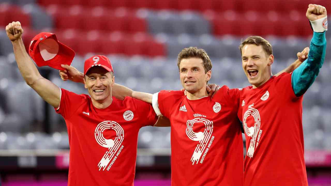 Bayern Monaco, da sinsitra: Robert Lewandowski, Thomas Muller e Manuel Neuer festeggiano la nona Bundesliga vinta consecutivamente al termine della gara con il Borussia Monchengladbach. 8 maggio 2021 (foto di Alexander Hassenstein/Getty Images).