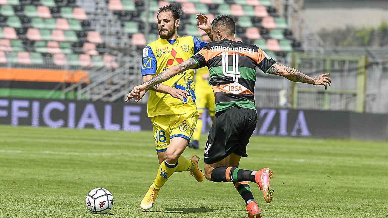 Da sinistra: contrasto di gioco fra Luigi Canotto del Chievo Verona e Anthony Tagourdeau del Venezia nello Stadio Pier Luigi Penzo. Serie B, 1 maggio 2021 (foto © Venezia FC).