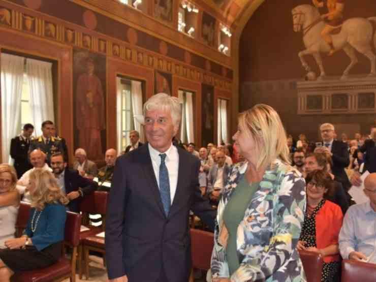 Il tecnico dell'Atalanta, Gian Piero Gasperini con la moglie Cristina durante la cerimonia di assegnazione del titolo di Cittadino Onorario di Bergamo, 9 settembre 2019 (foto © L'Eco Di Bergamo).