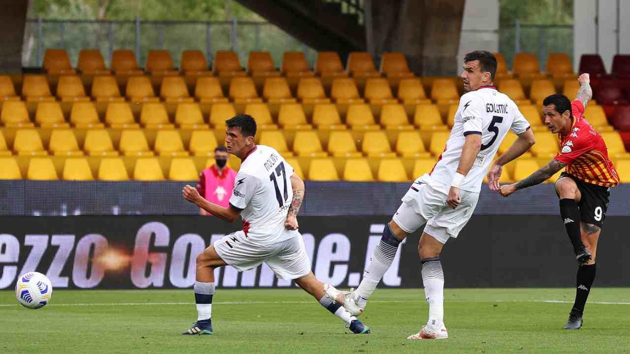 Da sinistra: l'attaccante del Benevento Gianluca Lapadula segna la rete dell'1-0, mentre il ddifensore Vladimir Golemic ed il centrocampista Salvatore Molina guardano impotenti il pallone finire in rete nello Stadio Ciro Vigorito. Serie A, 16 maggio 2021 (foto di Francesco Pecoraro/Getty Images).