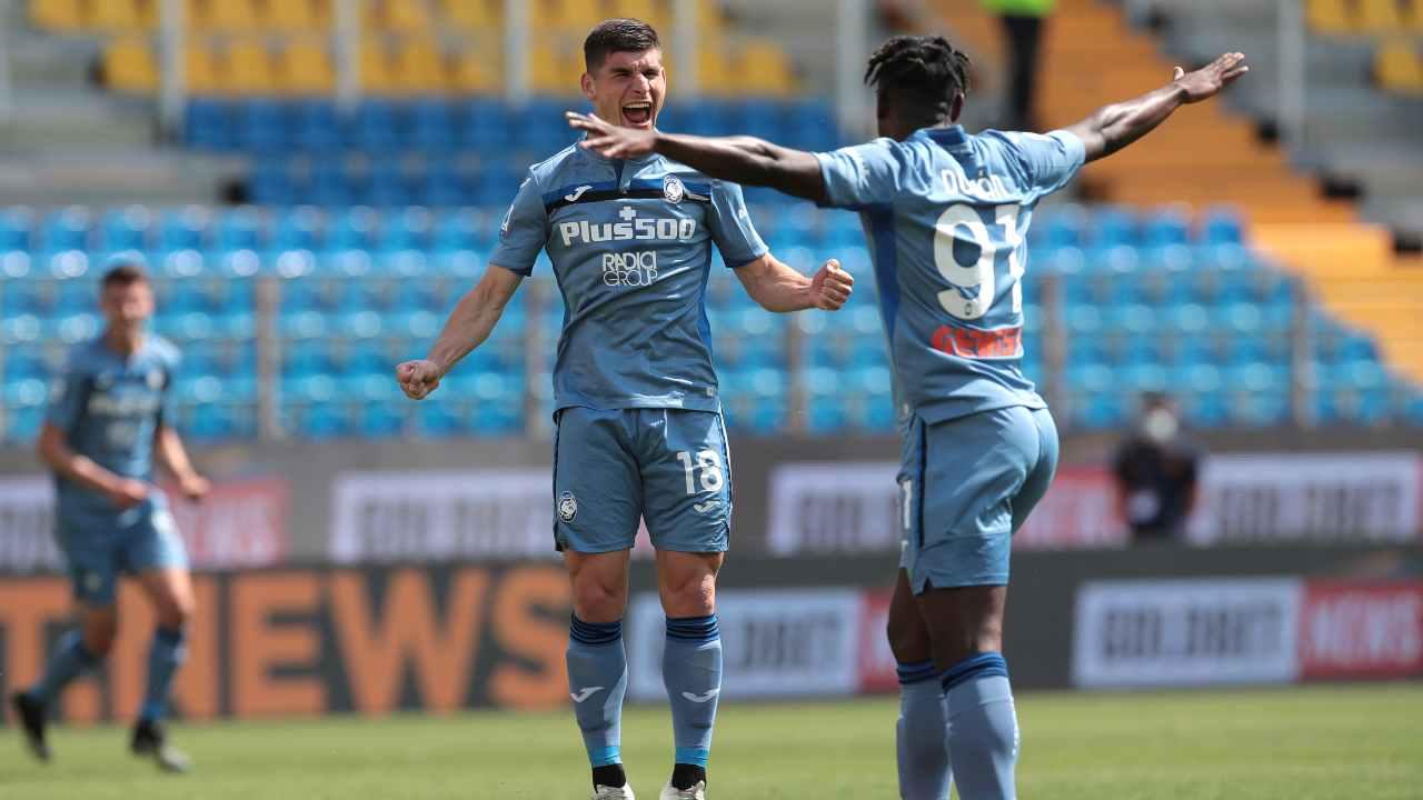 Atalanta, da sinsitra: Ruslan Malinovskyi festeggia con Duvan Zapata la rete del parziale 0-1 contro il Parma nel Mapei Stadium. Serie A, 9 maggio 2021 (foto di Emilio Andreoli/Getty Images).