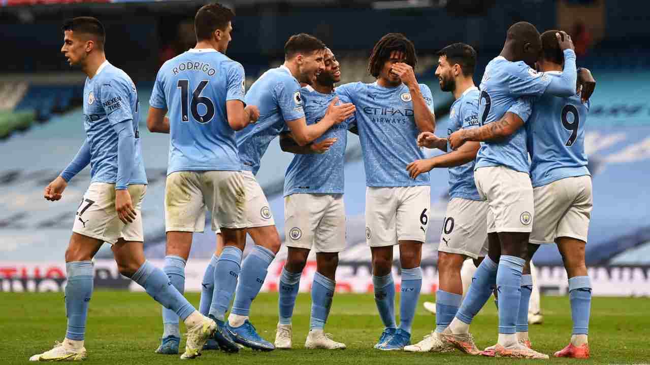 Il Manchester City festeggia il gol di Raheem Sterling che segna il temporaneo vantaggio sul Chelsea nell'Etihad Stadium. Premier League, 8 maggio 2021 (foto di Shaun Botterill/Getty Images).
