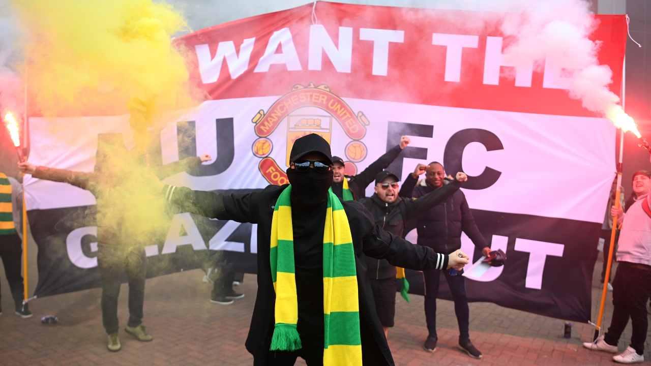 Manchester United, le proteste dei tifosi contro la famiglia Glazer, amministratrice delegata della società. 2 maggio 2021 (foto Getty Images/Getty Images).