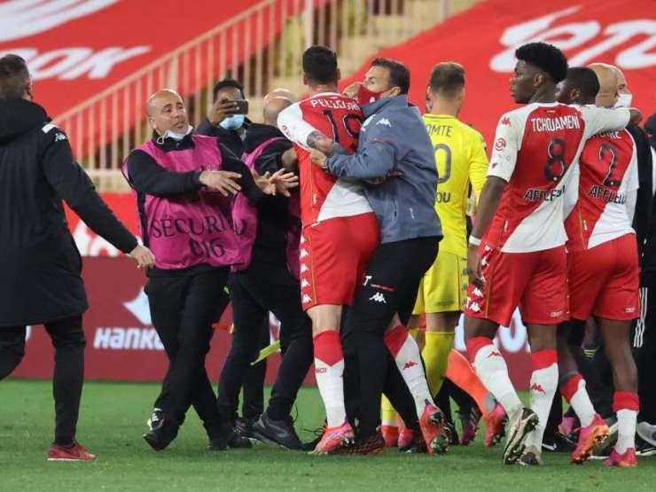 Monaco-Lione, la rissa nello Stade Louis II al termine della partita di Ligue 1 (foto © The Sun).