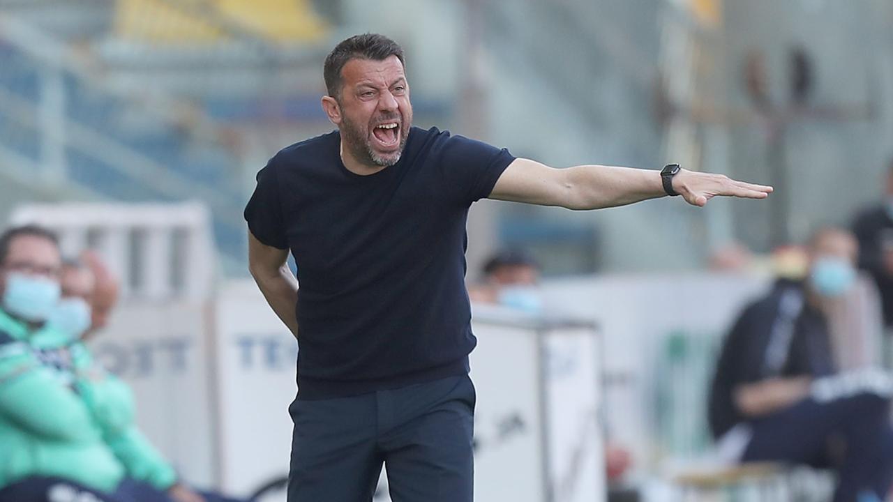 Parma, il tecnico Roberto D'Aversa a bordocampo nello Stadio Ennio Tardini durante la gara con il Crotone. Serie A, 24 aprile 2021 (foto di Gabriele Maltinti/Getty Images).