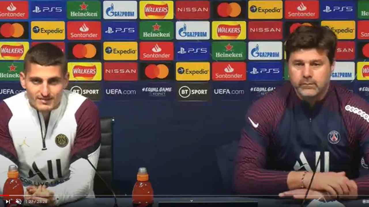 PSG, da sinistra: il centrocampista Marco Verratti e l'allenatore Mauricio Pochettino nella conferenza stampa di presentazione della gara con il Manchester City. Champions League, semi-finali, 3 maggio 2021 (foto © Paris Saint Germain).
