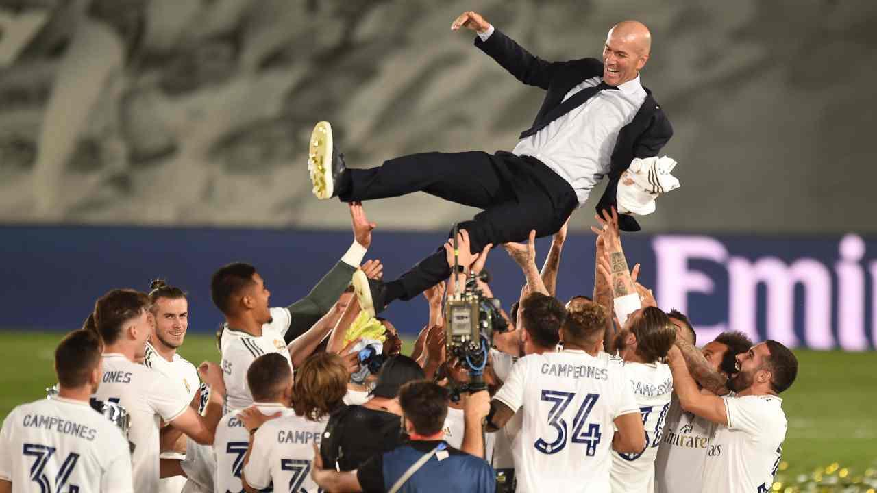 Real Madrid, i giocatori festeggiano il tecnico Zinedine Zidane dopo la vittoria matematica del campionato de La Liga 2019/20. Estadio Alfredo Distefano, partita con il Villareal, 16 luglio 2020 (foto di Denis Doyle/Getty Images).