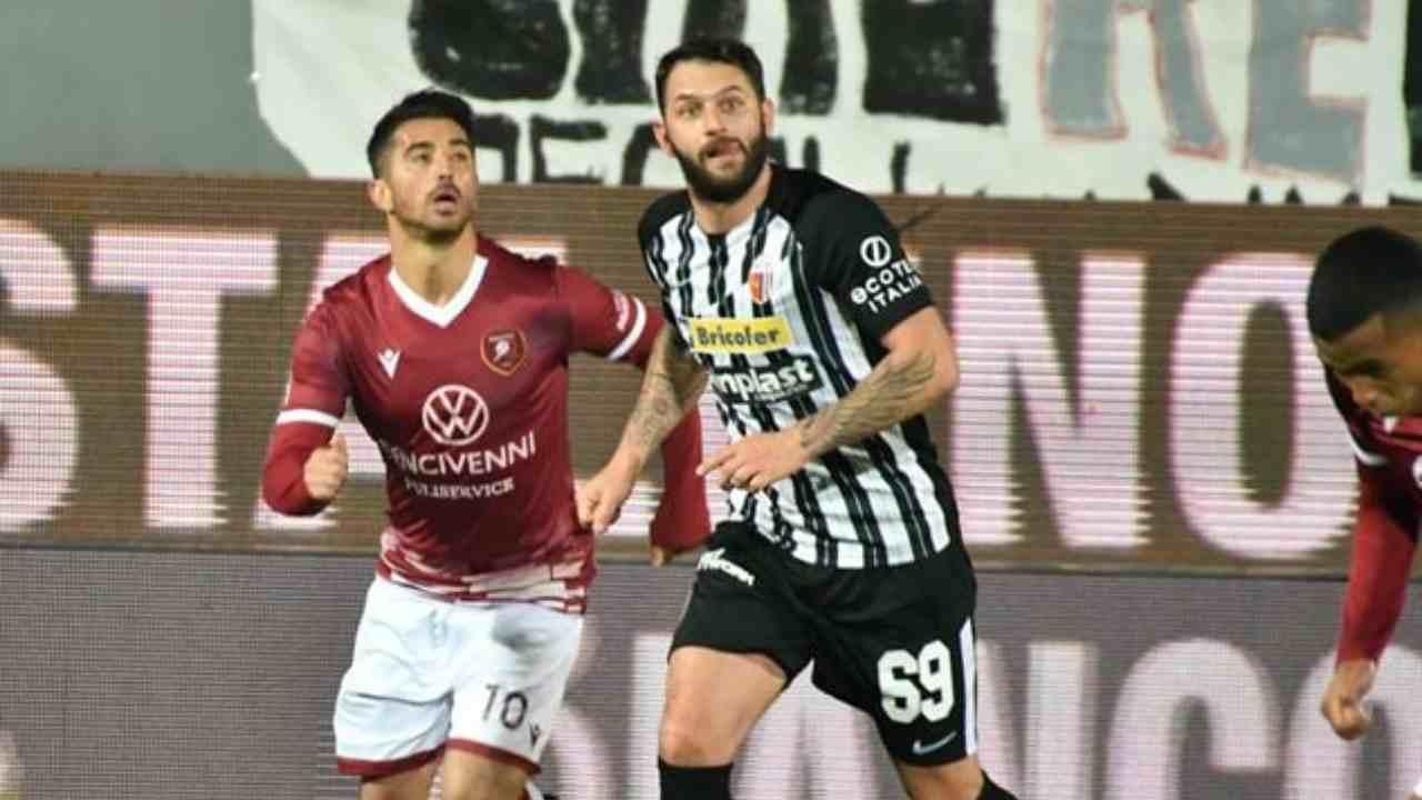 Da sinistra: il centrocampista della Reggina Nicola Bellomo e l'attaccante dell'Ascoli Oliver Kragl coinvolti in un'azione aerea. Serie B, Stadio Cino e Lillo Dal Duca, 4 gennaio 2021 (foto © Ascoli Calcio 1898 FC).