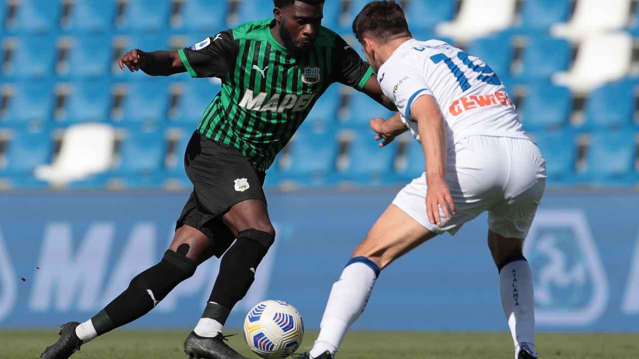 Da sinistra: Jeremie Boga del Sassuolo in dribbling su Berat Djimsiti dell'Atalanta nel Mapei Stadium. Serie A, 2 maggio 2021 (foto di Emilio Andreoli/Getty Images).