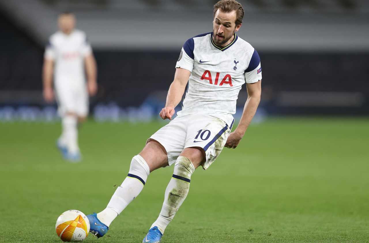 Tottenham, l'attaccante Harry Kane controlla il pallone durante la partita con la Dinamo Zagabria. Europa League, 11 marzo 2021 (foto di Julian Finney/Getty Images).
